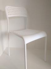 SILLA APILABLE BLANCA,  base metalica asiento plastico